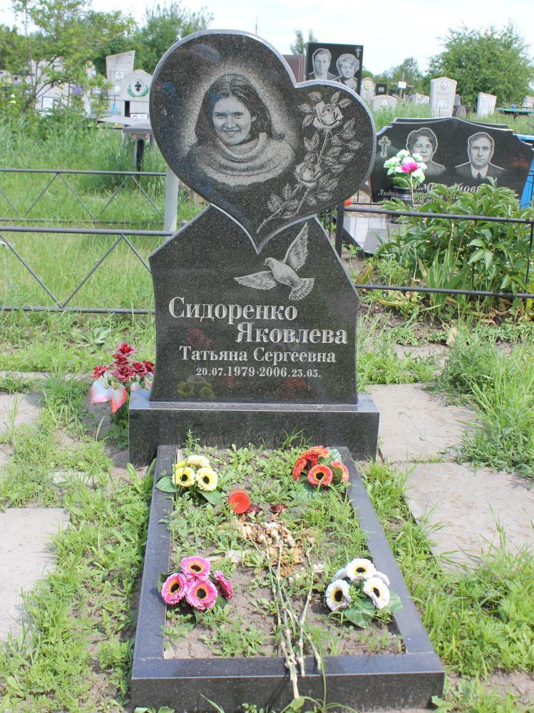 Вертикальный памятник из черного гранита