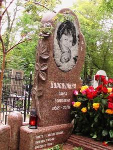 Резная стелла из красного гранита для женского памятник
