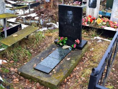 Недорогой квадратный памятник на могилу мужчине