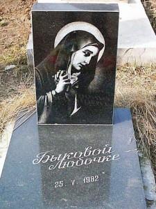 Черный памятник на могилу младенца