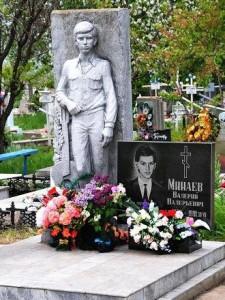 Памятник со скульптурой человека для юноши