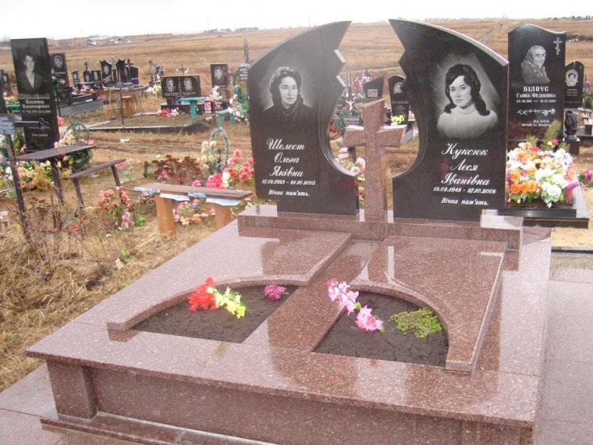 Семейный памятник с резной двойной стеллой