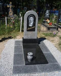 Одинарный мужской гранитный памятник серого и черного цвета