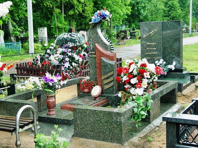Зелено-красный гранитный памятник на кладбище