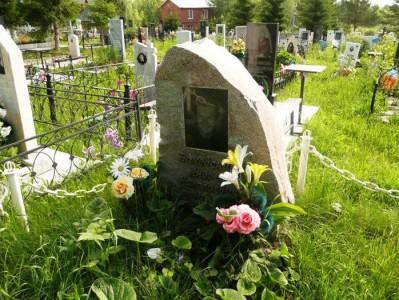 Мужской надгробный памятник из обапола