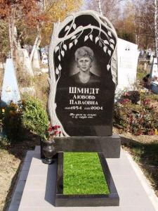 Резной памятник с ивой и открытым цветником