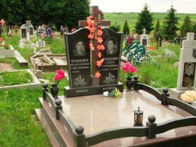 Двойной памятник с гранитной оградой для супругов