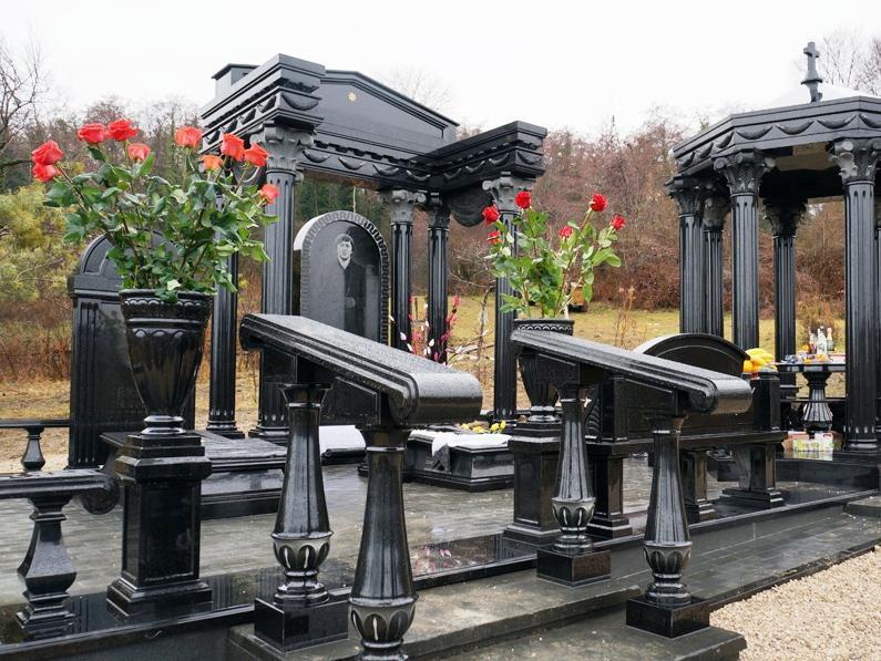 Мемориальный комплекс из гранита черный