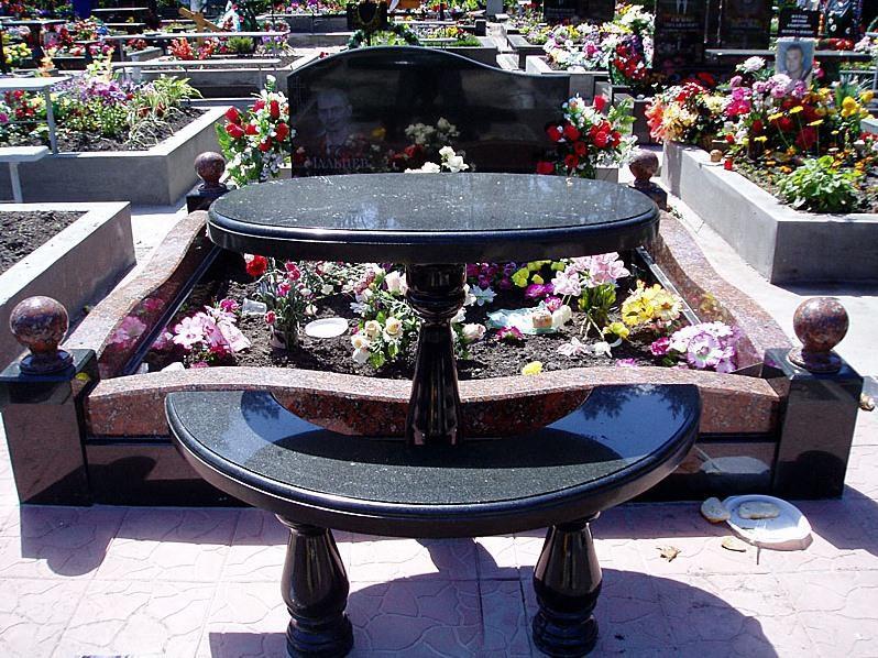 Черный овальный стол с лавочкой из гранита