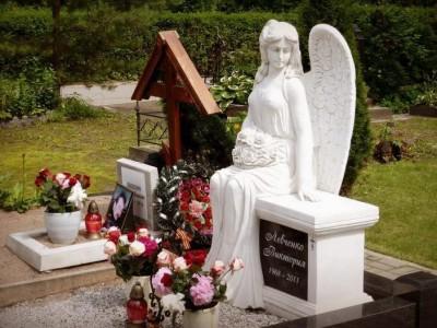 Скульптура ангела на гранитном памятнике