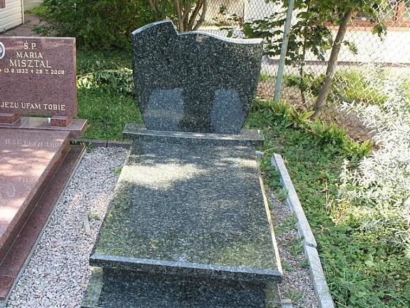 Памятник из зеленого гранита с закрытым цветником