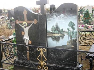 Надгробный памятник с цветной гравировкой пейзажа