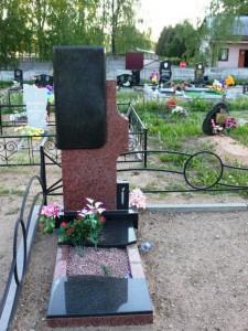 Одинарный памятник с цветником и плитой из гранита