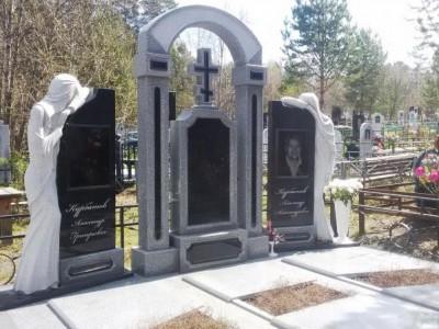 Гранитный мемориальный комплекс со скульптурой скорбящей матери