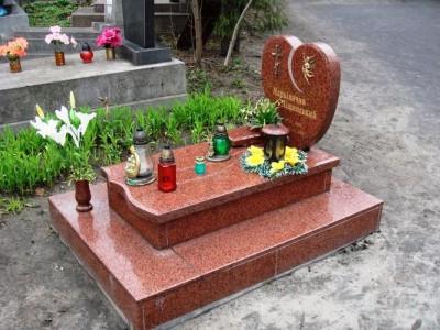 Красный гранитный памятник для младенца