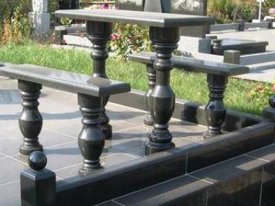 Стол с двумя лавочками для памятника