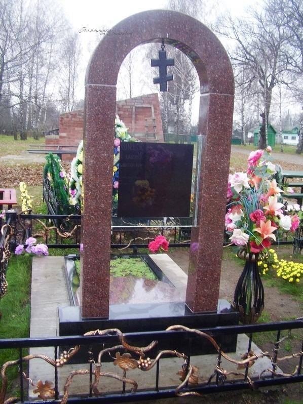 Обратная сторона памятника с портретом на стекле