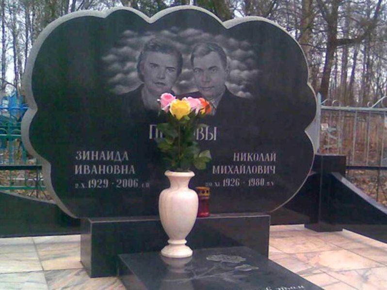 Семейный памятник из черного гранита