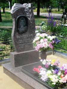 Женский резной памятник из гранита на кладбище