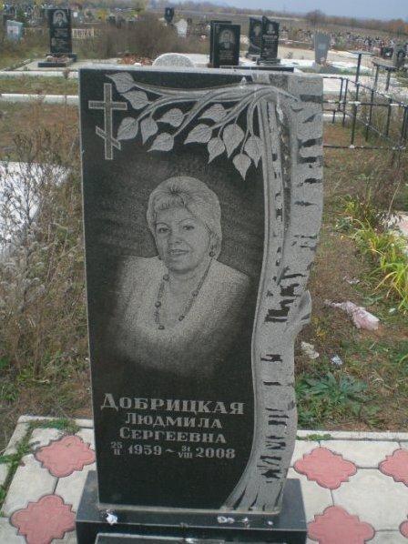 Прямоугольный памятник с резной березой