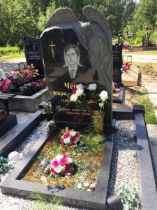 Гранитный надгробный памятник с резным ангелом