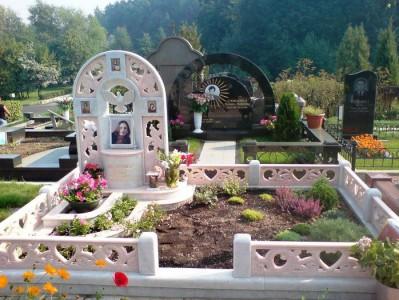 Открытый цветник с ограждением для памятника