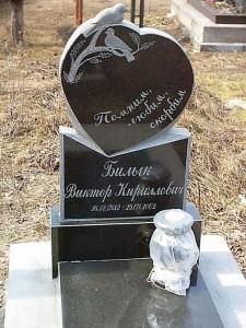 Гранитный памятник в виде сердца для младенца