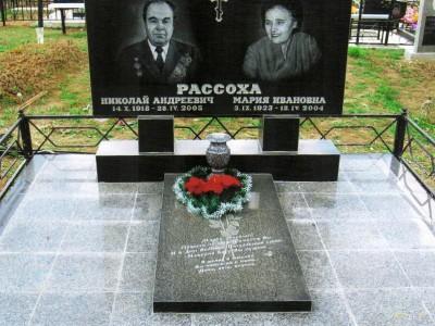 Закрытый черный цветник для двойного памятника